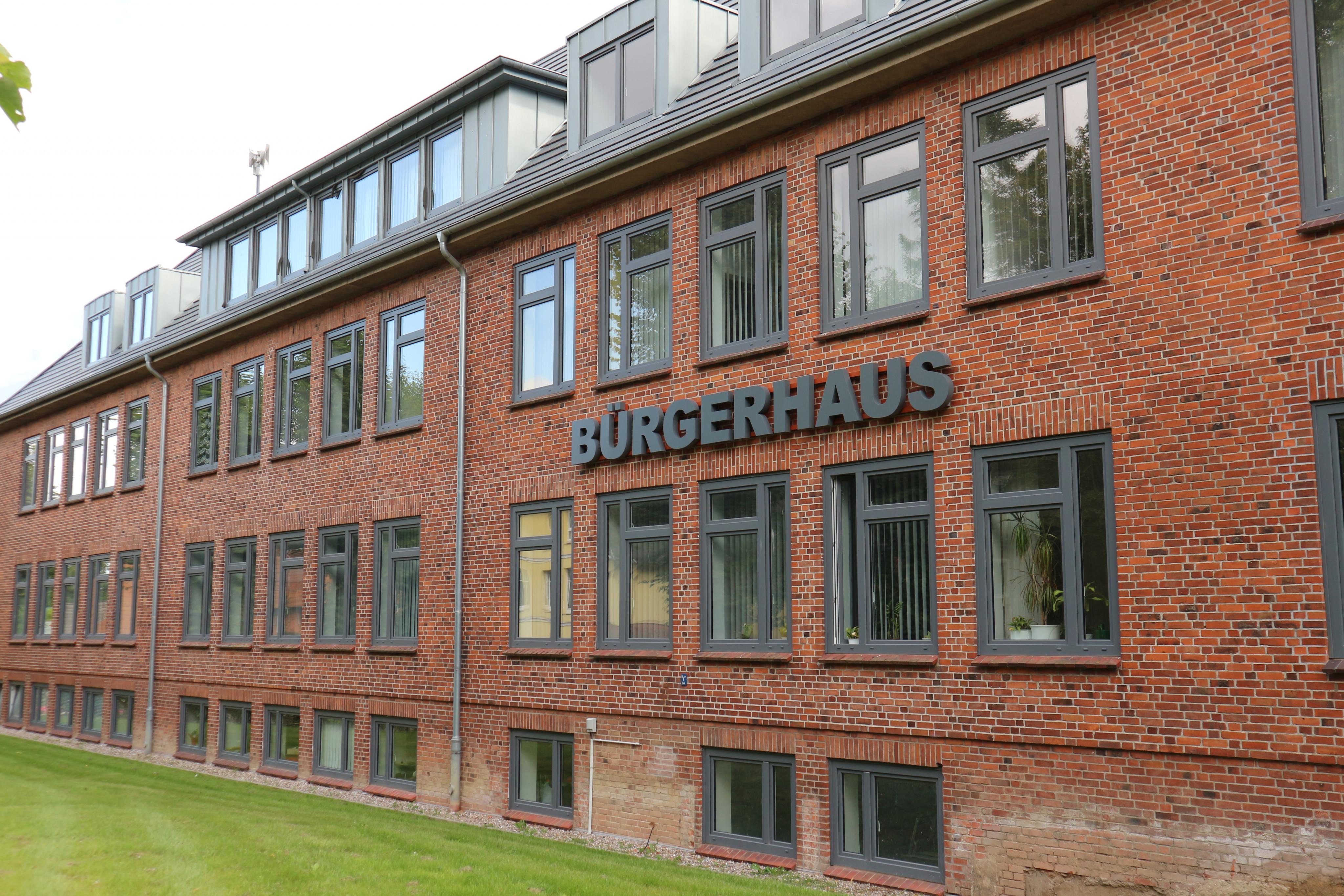 """großes, zweistöckiges Backsteingebäude mit Schriftzug """"Bürgerhaus"""""""
