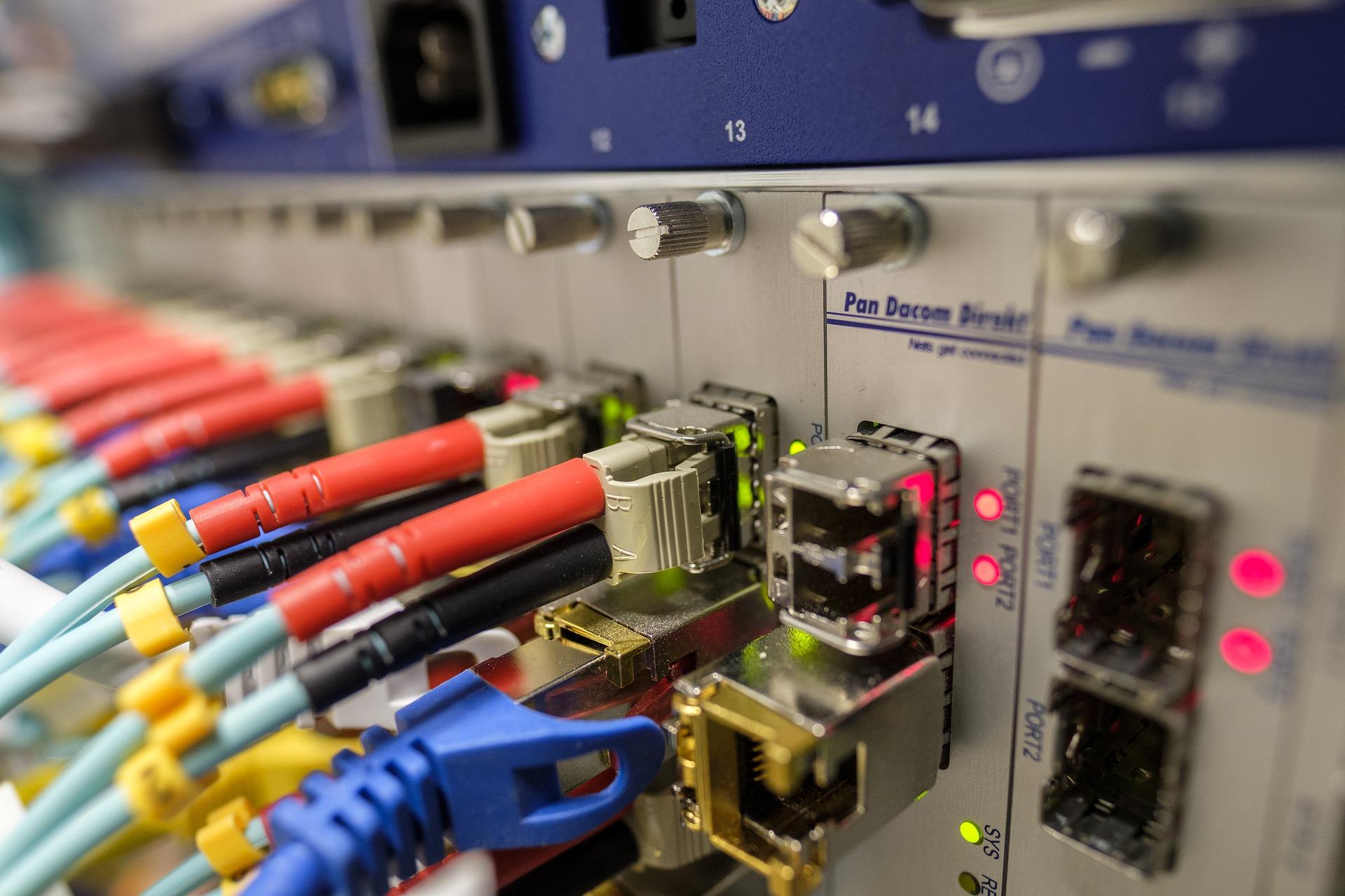 Glasfaserkabel, elektronische Bauteile und Schalter