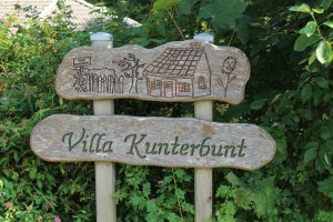 """Schild """"Villa Kunterbunt"""" gemeindlicher Kindergarten Sörup"""