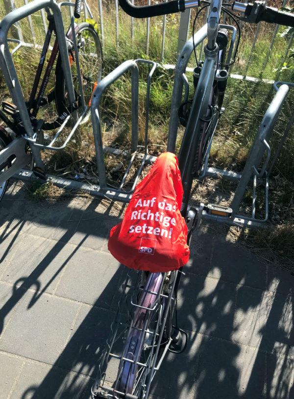 Fahrradstand mit Fahrrädern. Mit Sattelüberzug: SPD